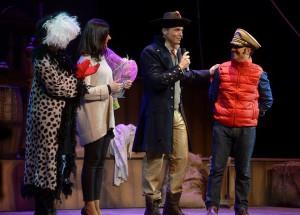 Miranda entrega su sombrero de Capitan al Alcalde
