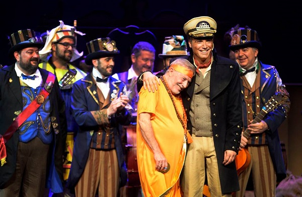 Enrique Miranda, de capitán, junto a su padre disfrazado de hare krishna, durante el pregón