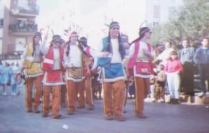Indios con plumas de colores, hachas de madera, que no matan a nadie, pero hacen la puñeta